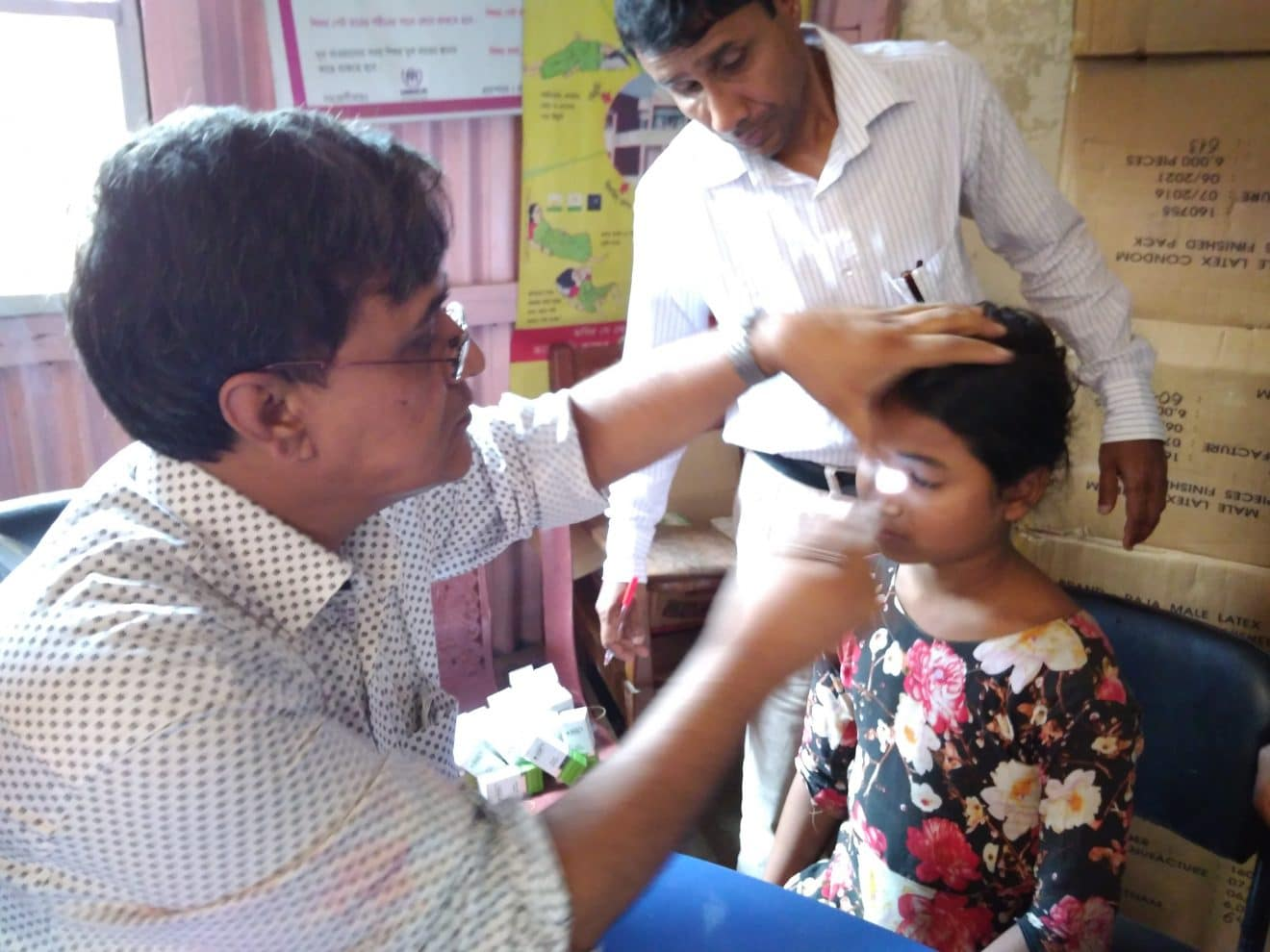 Dr. Uddin untersucht Rohingya, Projekt mit dem Deutschen Blindenhilfswerk