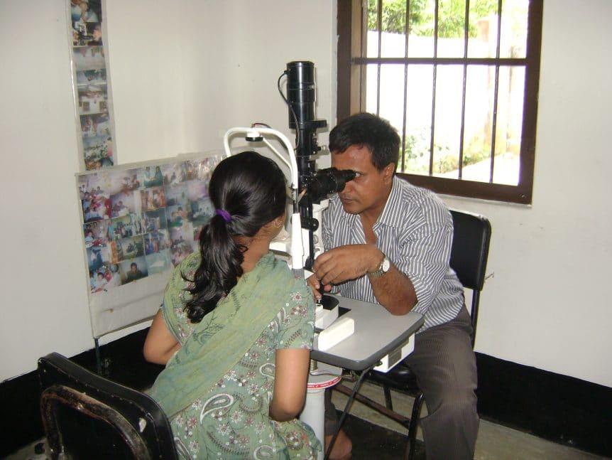Dr Akhter Uddin untersucht Patientin in Bangladesch